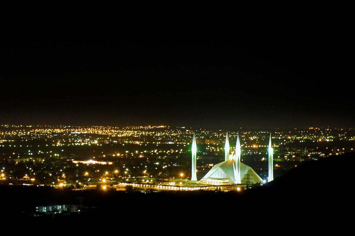 Von der Faisal-Moschee aus kann man ganz Islamabad überblicken und umgekehrt ist die Moschee - vor allem in der Nacht - von ganz Islamabad aus zu sehen, Pakistan - © Lichtmeister / Shutterstock