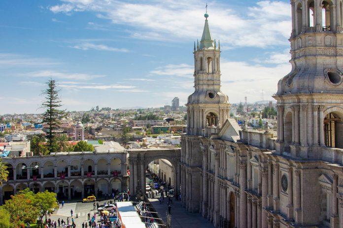 1868 zerstörte ein Erdbeben die Basilika, die Glockentürme, das Portal, einige Bögen der Fassade und die Altäre wurden originalgetreu wieder aufgebaut,  Kathedrale von Arequipa, Peru - © flog / franks-travelbox