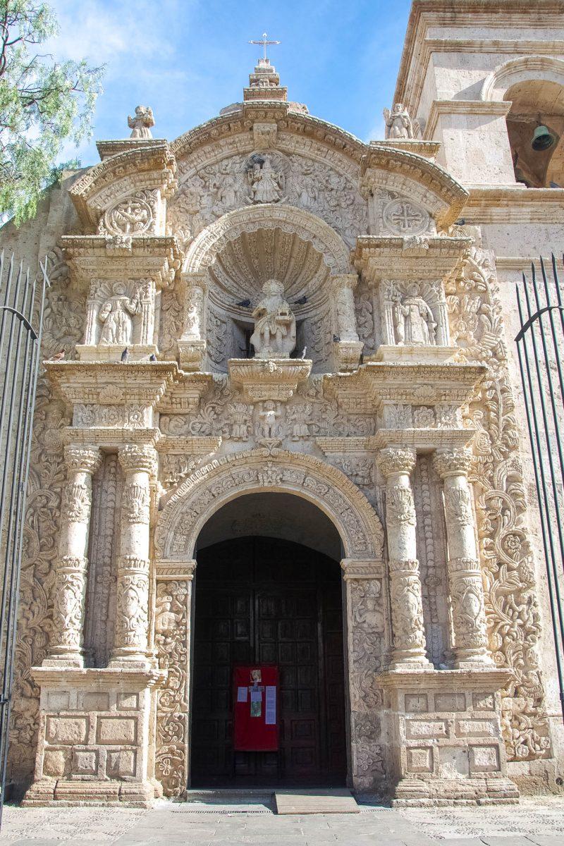 Das opulente Seitenportal der Jesuiten-Kirche von Arequipa, eine der schönsten Barock-Kirchen Perus, fällt sofort ins Auge - © flog / franks-travelbox