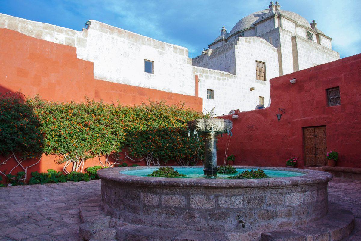 Der Plaza del Zocodover im Kloster Santa Catalina enthält einen malerischen runden Steinbrunnen, Arequipa, Peru - © flog / franks-travelbox