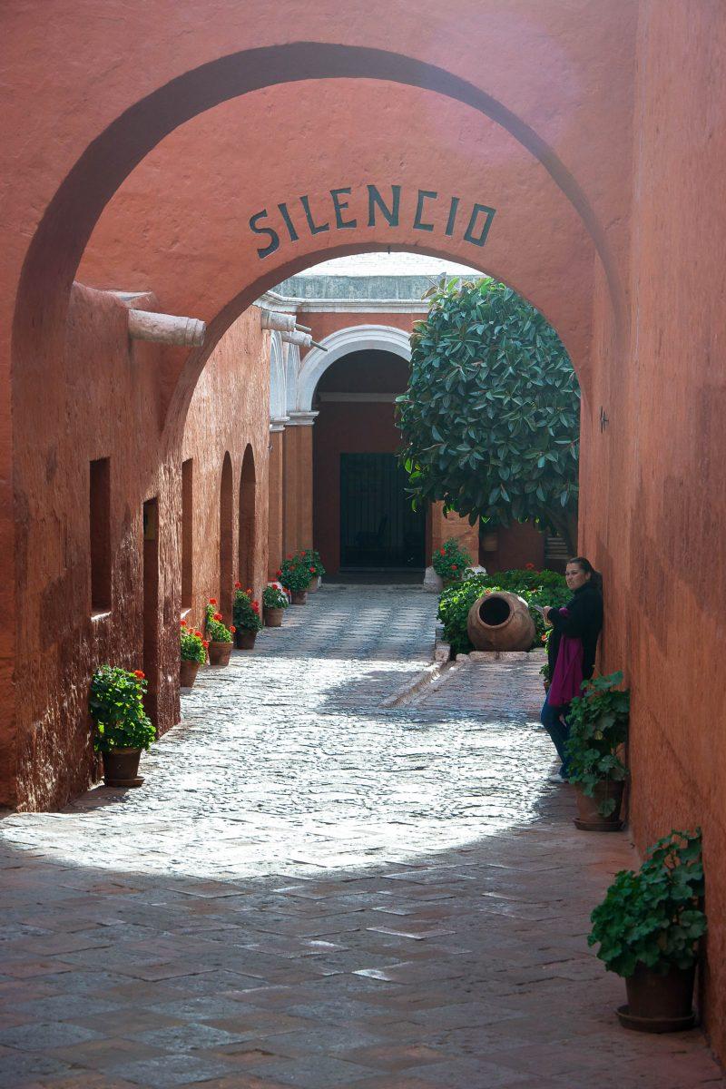 """Der """"Schweigehof"""" im Kloster Santa Catalina in Arequipa, Peru, gebietet bereits beim Eingang mit dem Hinweis """"Silencio"""" Ruhe - © flog / franks-travelbox"""