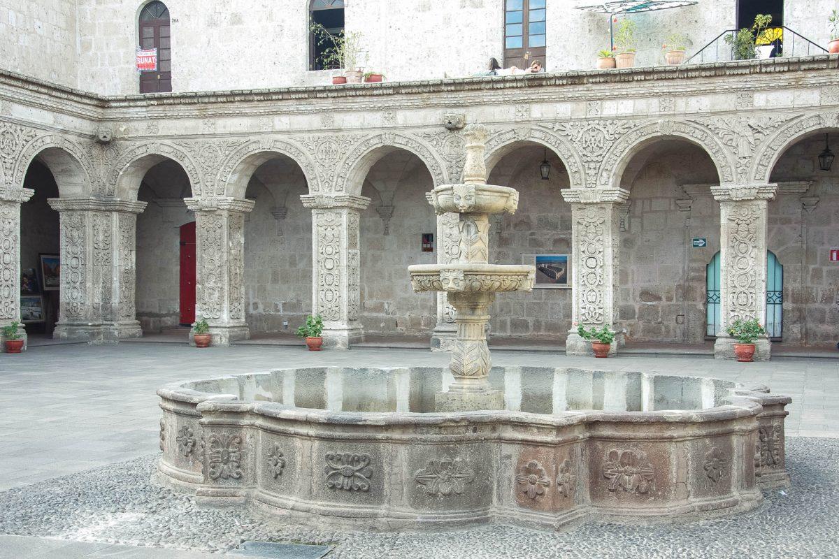 Die Jesuiten-Kirche und das zugehörige Kloster am Plaza de Armas in Arequipa zählen zu den Meisterwerken der Kolonialarchitektur, Peru - © flog / franks-travelbox
