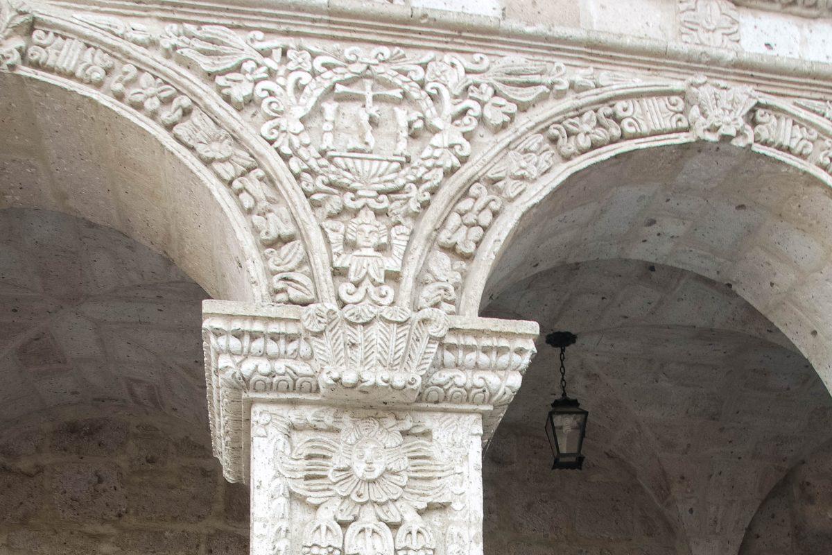 Wunderbare steinerne Verzierungen im Kreuzgang des Jesuiten-Klosters von Arequipa, Peru - © flog / franks-travelbox