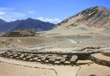 Blick auf die Ruinen von Caral Supe im Westen Perus  - © diegorayaces / Shutterstock