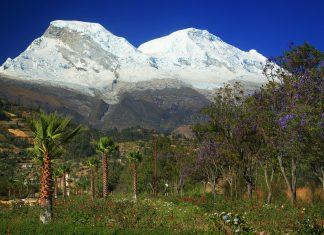 Blick auf die schneebedeckten Gipfel der Cordillera Blanca auf über 4.000 Meter im Nationalpark Huascarán, Peru - © Rechitan Sorin / Shutterstock