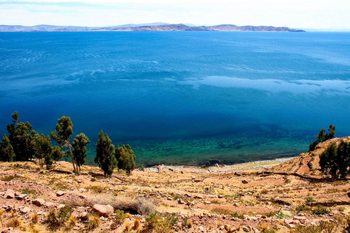 Blick von der 5km langen und knapp 2km breiten Isla Taquile über die Wasseroberfläche des Titicaca-Sees in Peru - © Goodluz / Shutterstock