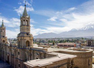 Blick von einem Nachbargebäude der Kathedrale von Arequipa über die Stadt, Peru - © flog / franks-travelbox