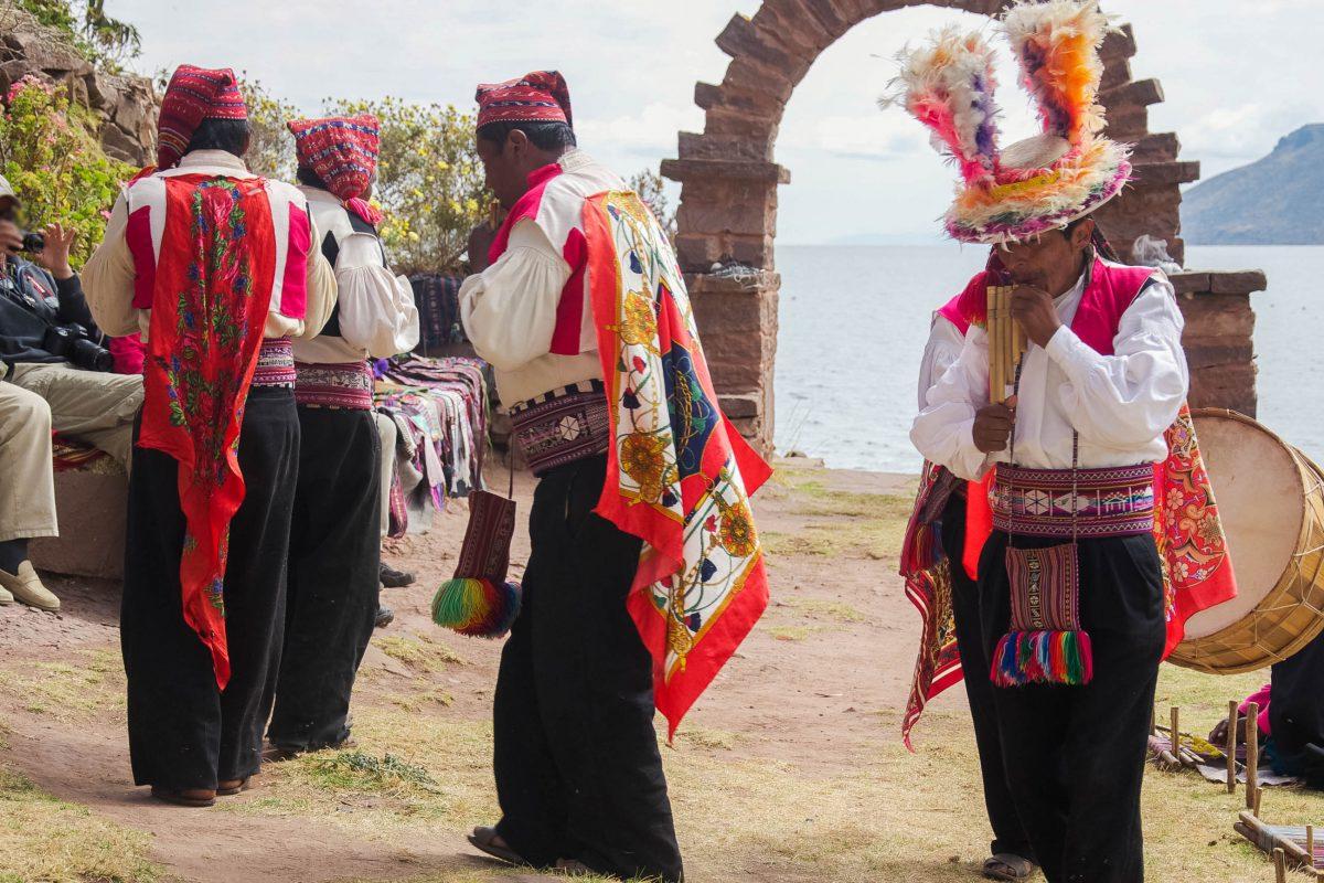 Bunte Folklore auf der Isla Taquile im Titicaca-See, Peru - © flog / franks-travelbox