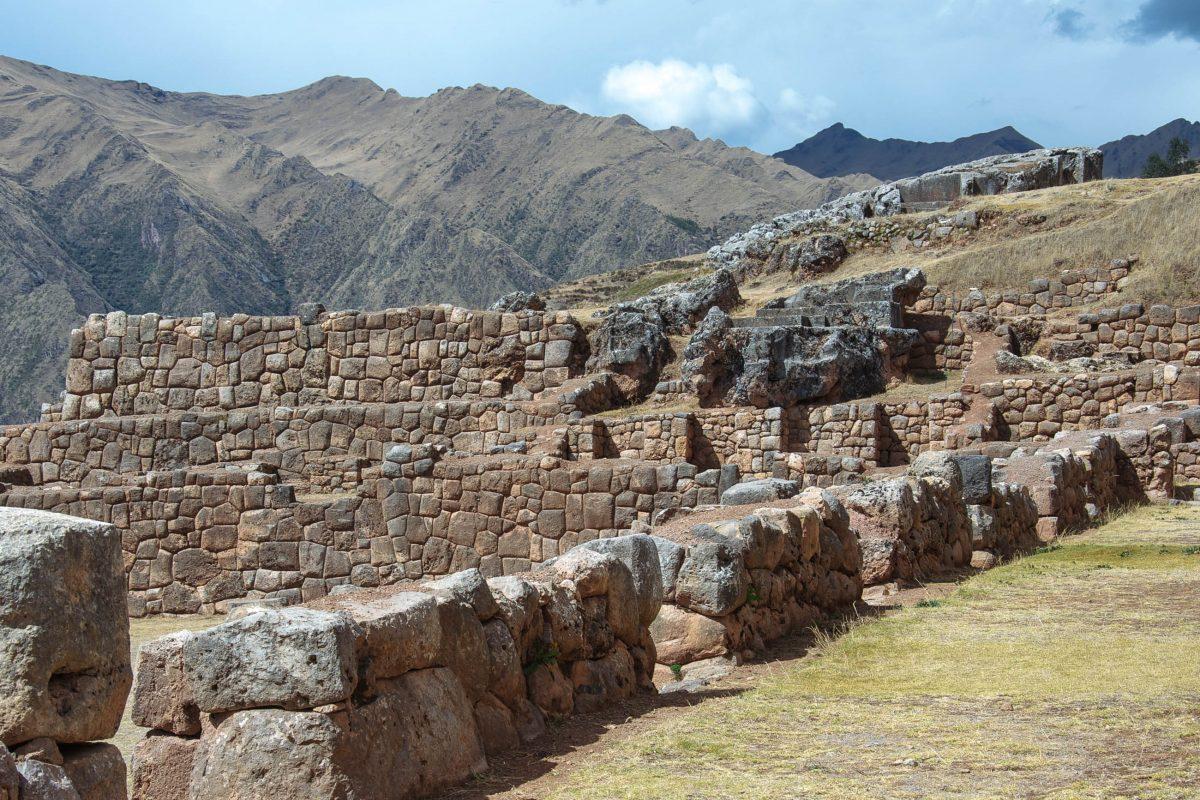 Die Inka-Ruinen von Chinchero Mauern weisen die typische Bauweise mit ohne Mörtel perfekt ineinandergefügten Steinen auf, Peru - © flog / franks-travelbox