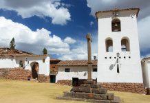 Die sonntägliche Morgenmesse in der Kirche von Chinchero im Süden Perus werden heute noch in der Indiosprache Quechua gefeiert. - © flog / franks-travelbox