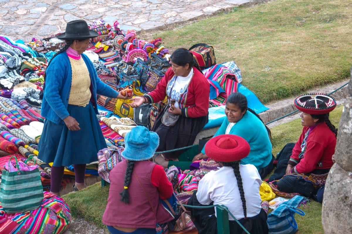 Jeden Sonntag findet in Chinchero ein farbenprächtiger Indio-Markt statt, der in ganz Peru bekannt ist - © flog / franks-travelbox