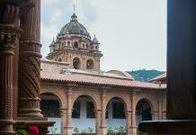 Blick auf den wuchtigen Barock-Turm der Basilika La Merced in der einstigen Königsstadt Cusco, Peru - © flog / franks-travelbox