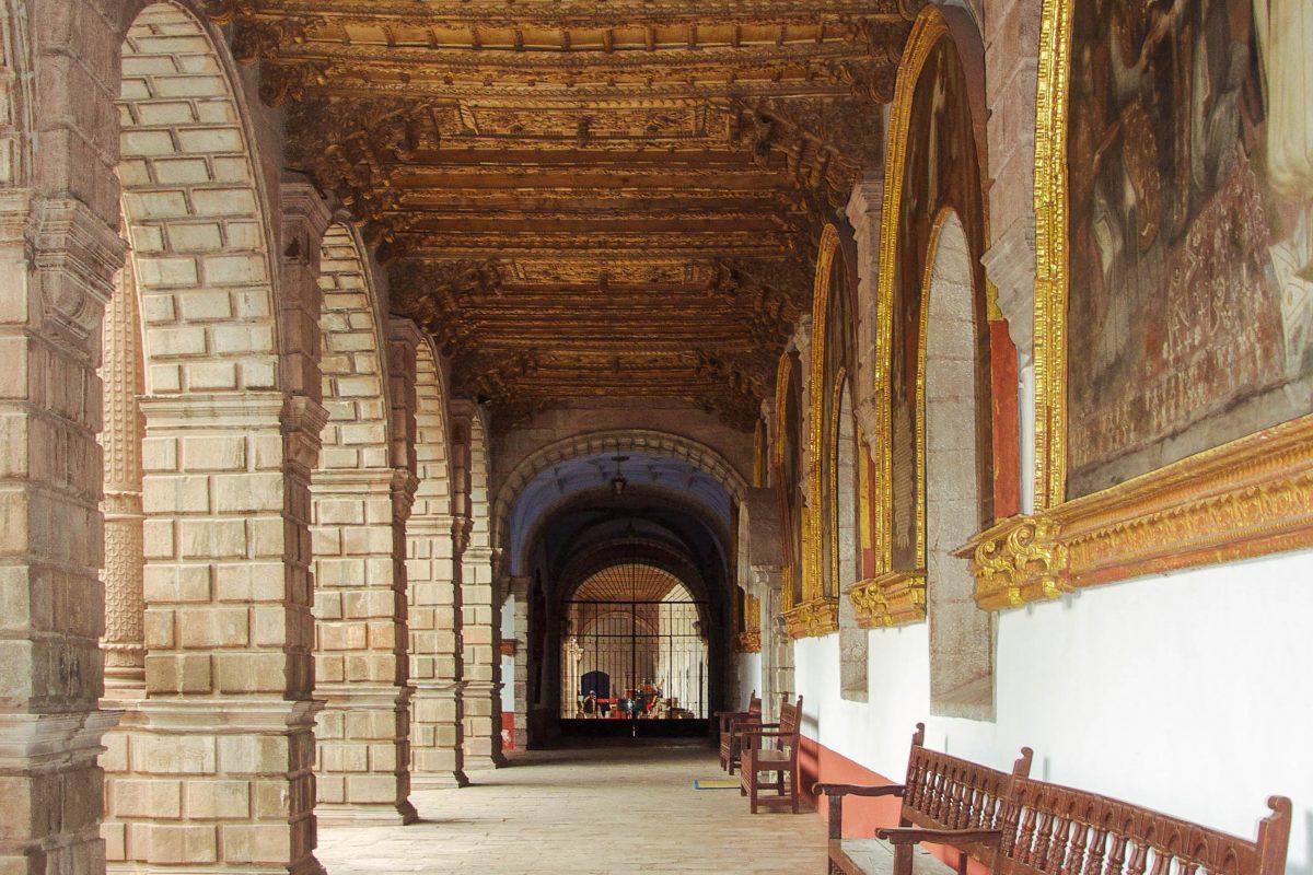 Der Kreuzgang im Kloster La Merced in Cusco, Peru, ist mit prachtvollen Gemälden und einer kunstvollen Zedernholdecke geschmückt - © flog / franks-travelbox