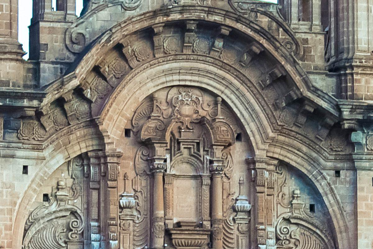 Die prunkvolle Fassade der Jesuiten-Kirche in Cusco lässt bereits auf die Kostbarkeiten schließen, die sich in ihrem Inneren verbergen, Peru - © flog / franks-travelbox