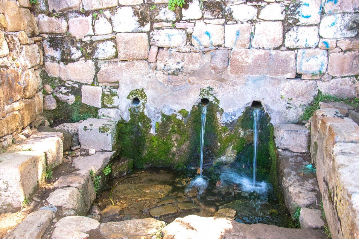 Das Wasser aus dem Inka-Brunnen auf der Isla del Sol im Titicaca-See verleiht angeblich ewige Jugend, Bolivien - © flog / franks-travelbox