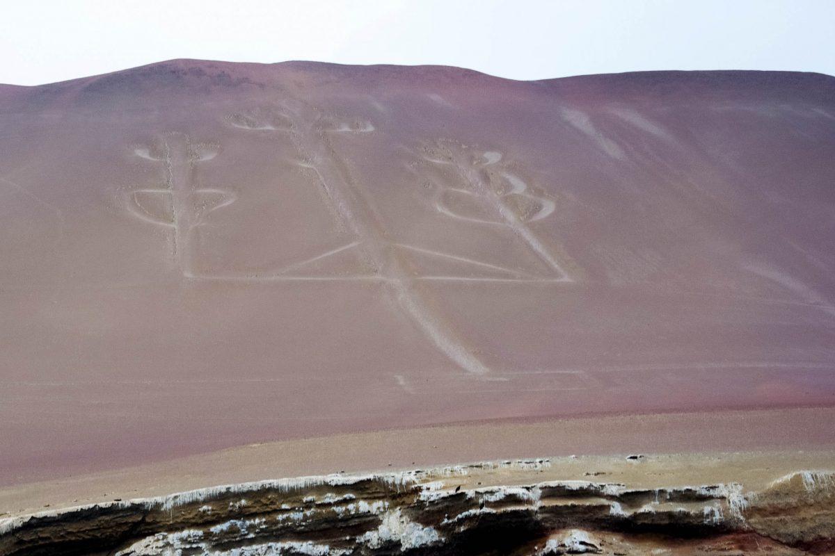 """Der """"El Candelabro"""" wurde zwischen Paracas und den Islas Ballestas an der Südküste Perus an einen Hang gezeichnet – keiner weiß, wann, wie oder warum - © flog / franks-travelbox"""