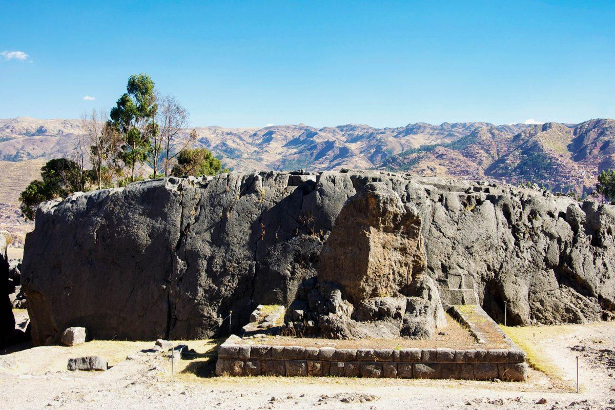 Der Fels auf dem Brunnen in der Kultstätte Kenko im Heiligen Tal der Inka stellte einst eine Kröte dar, die den Regen herbeirufen soll, Peru - © flog / franks-travelbox