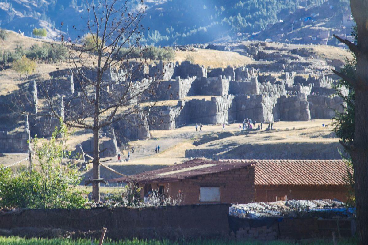 Der massive Zeremonien-Tempel Inti Huasi in Sacsayhuamán besteht aus drei über 400m langen Zick-Zack-Mauern, Peru - © flog / franks-travelbox