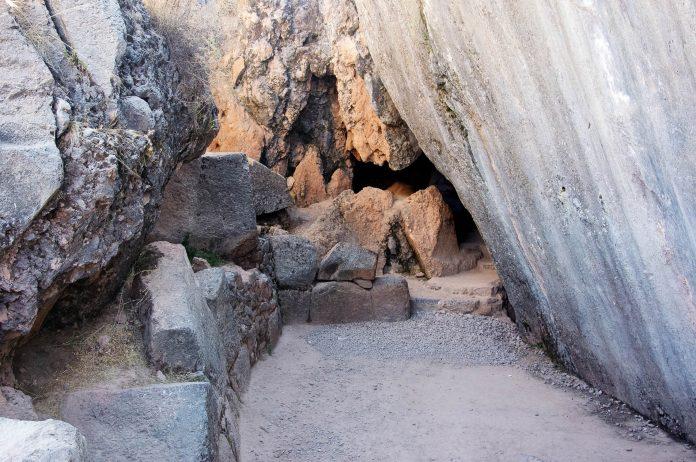 Der verborgene Eingang zur Opferhöhle, dem eigentlichen Herzstück Kenkos, Peru - © flog / franks-travelbox
