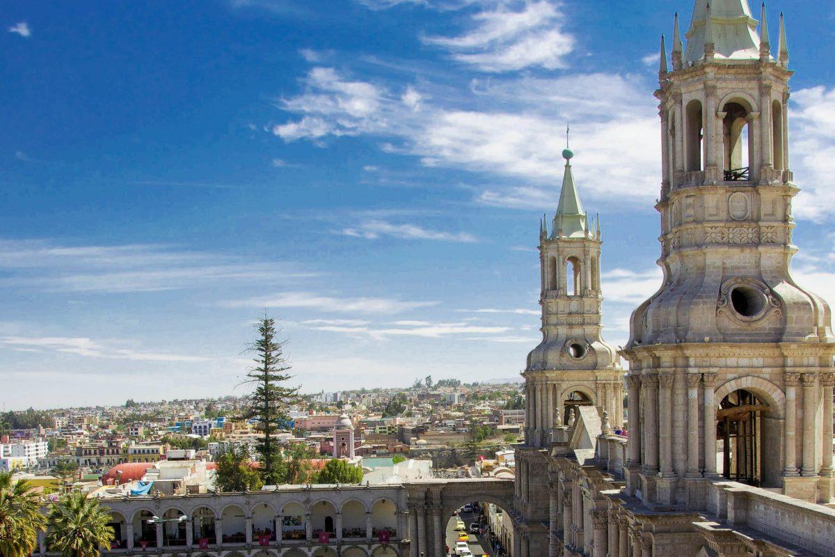 Die gigantische Basilika am Hauptplatz von Arequipa beeindruckt durch ihre schiere Größe, Peru - © flog / franks-travelbox