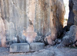 Die Inka hielten die zerklüfteten Felsen von Kenko für den Eingang zur Unterwelt und versahen die Kultstätte mit einer Vielzahl von geheimnisvollen Symbolen, Peru - © flog / franks-travelbox