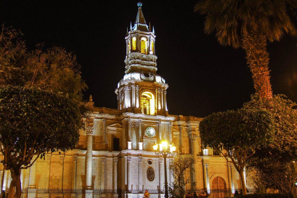 """Die Kathedrale von Arequipa am Hauptplatz """"Plaza de Armas"""" bei Nacht, Peru - © Maciek A / Shutterstock"""