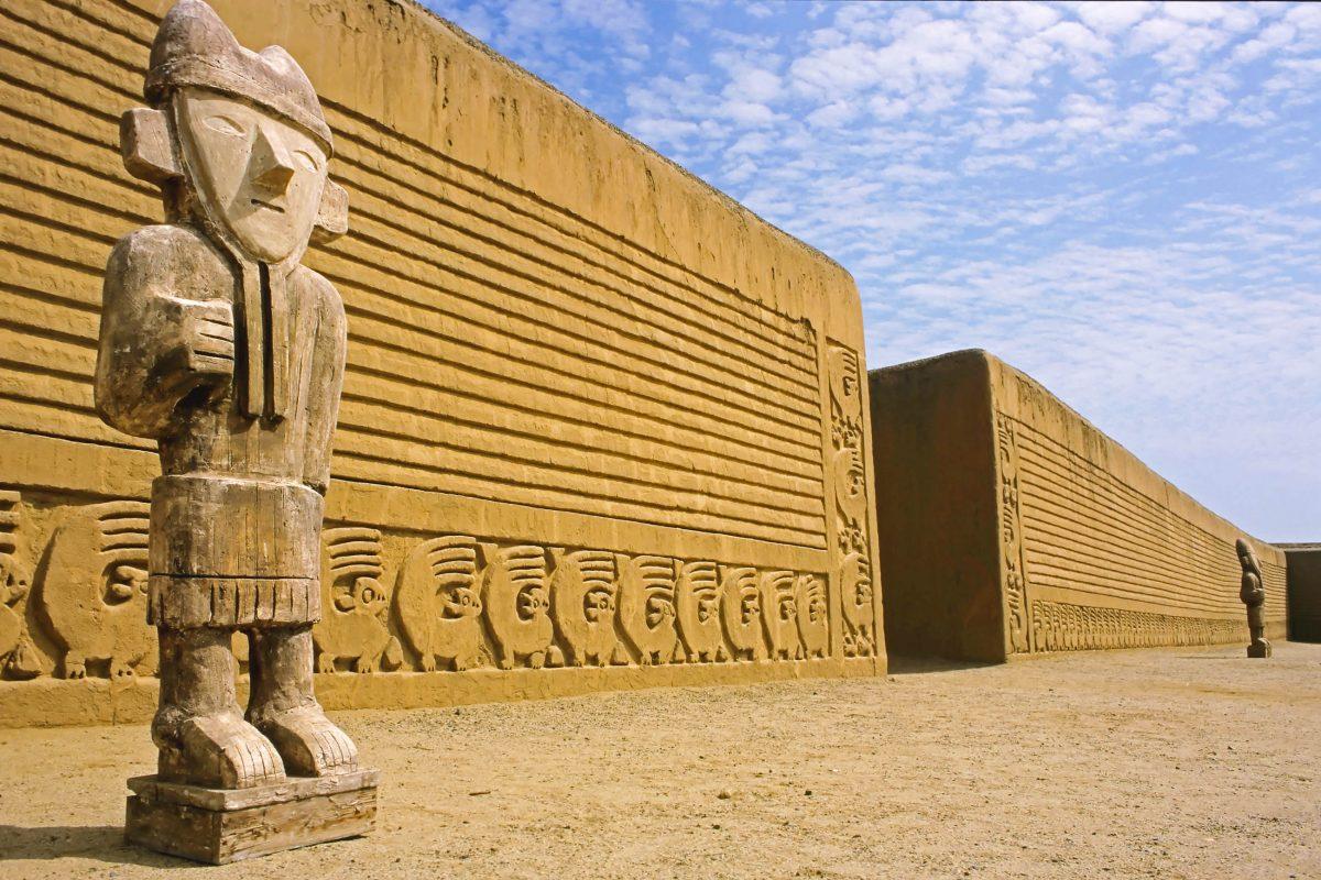 """Die Lehmstadt Chan Chan (""""Sonne Sonne"""" in der Sprache der Chimú) entstand ca. um 1300, Peru - © Chris Howey / Shutterstock"""