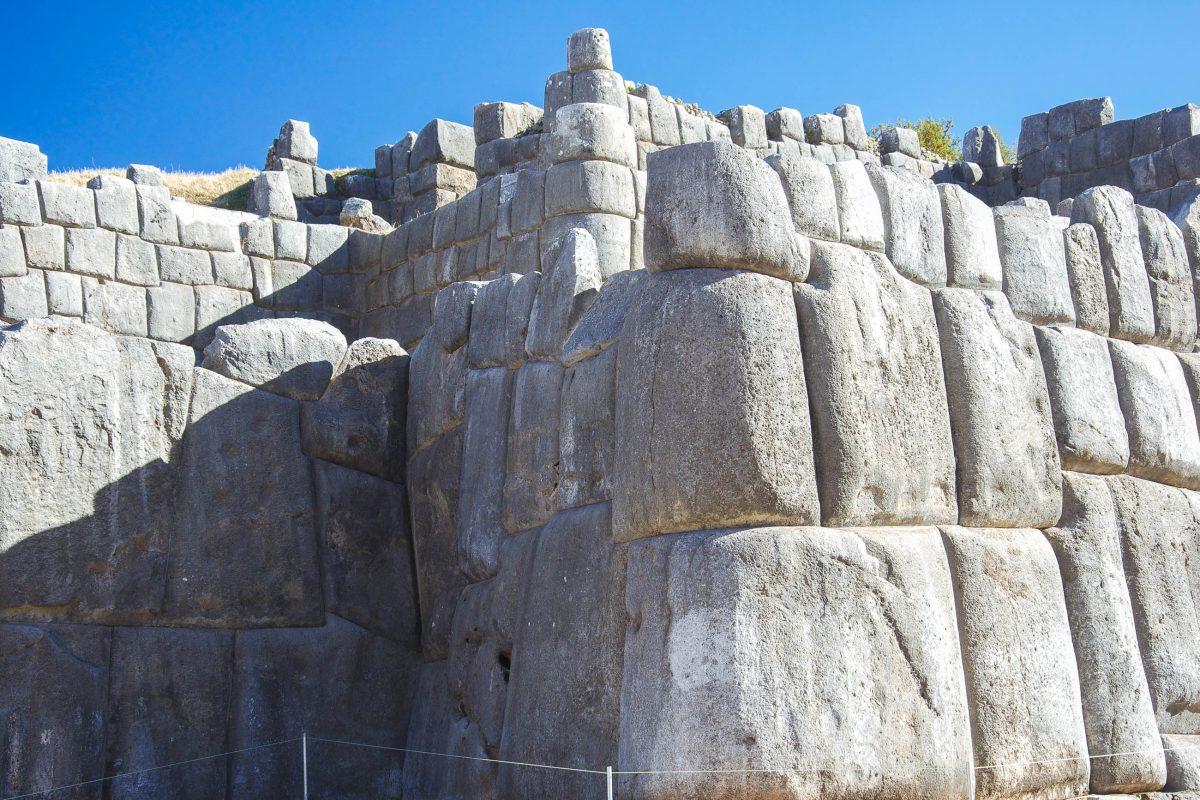 Die perfekt behauenen Steine machten die Inka-Mauern von Sacsayhuamán erdbebensicher und lassen noch heute jeden Baumeister vor Neid erblassen, Peru - © flog / franks-travelbox