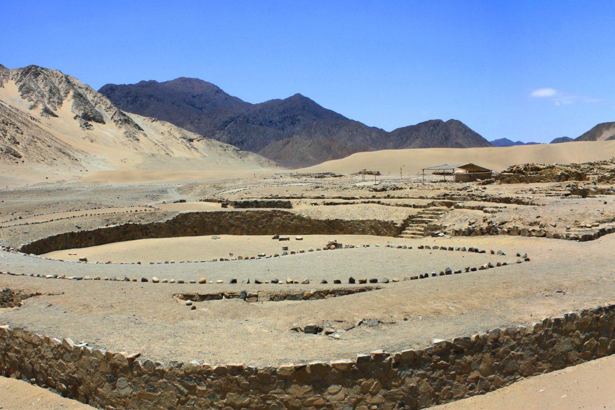Die Stadt Caral Supe ist architektonisch meisterhaft angelegt und war Vorbild für viele nachfolgende Inka-Städte Perus - © diegorayaces / Shutterstock