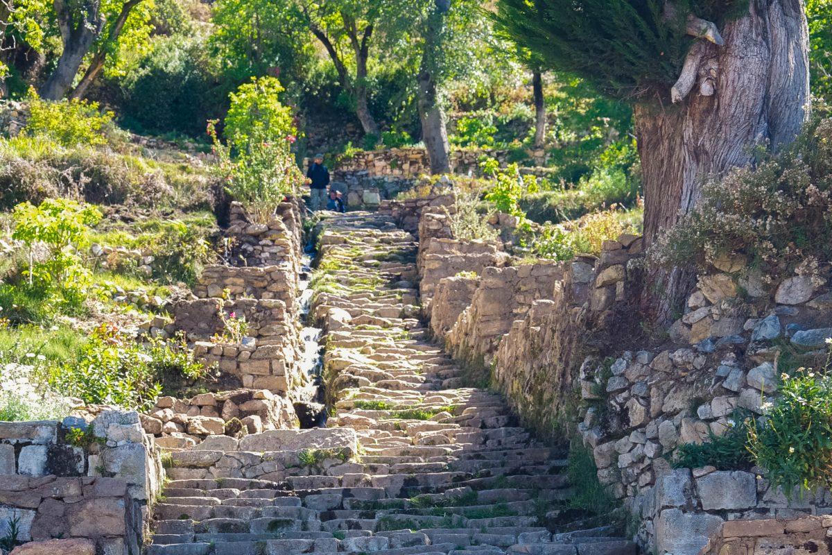 """Direkt von der Anlegestelle führt die steile Escalera del Inka, die """"Treppe des Inka"""", auf die Isla del Sol im Titicaca-See hinauf, Bolivien - © flog / franks-travelbox"""