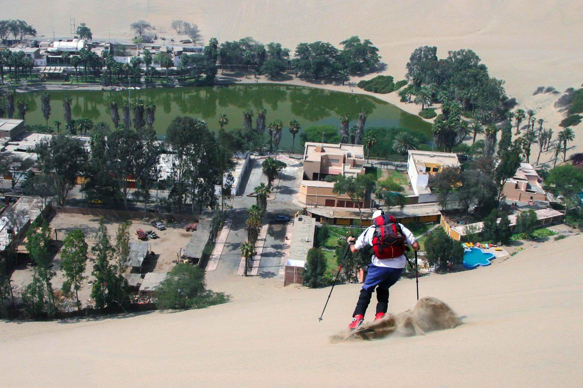 """EIn """"Skifahrer"""" in den Sanddünen der berühmten Oase Huacachina, Peru - © urosr / Shutterstock"""