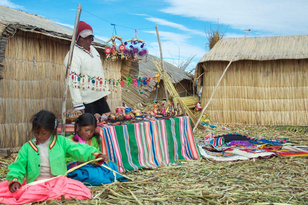 Farbenfroher Markt auf den Islas de los Uros, den Schwimmenden Inseln am Titicaca-See, Peru, Bolivien - © flog / franks-travelbox