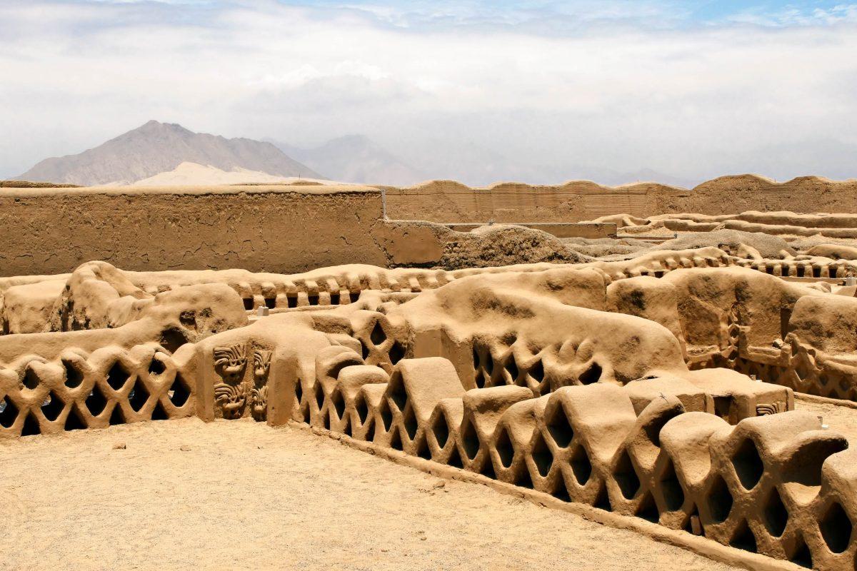 In ihrer Blütezeit zählte die Lehmstadt Chan Chan höchstwahrscheinlich an die 60.000 Einwohner, Peru - © Michael Zysman / Shutterstock