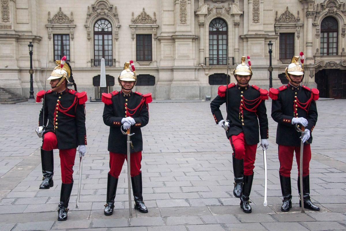 An Wochentagen um die Mittagszeit findet am Plaza Mayor in Lima, Peru, die Zeremonie der Wachablöse statt - © flog / franks-travelbox