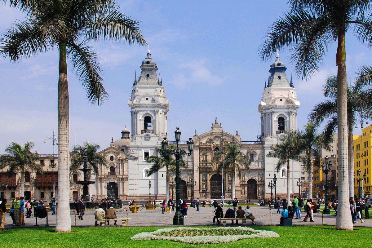 Der heute komplett autofreie Plaza Mayor entstand im Jahr 1535, zur selben Zeit als Francisco Pizarro Lima gründete, Peru - © meunierd / Shutterstock