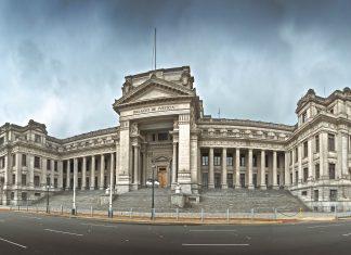 Der monumentale Justizpalast im Zentrum von Lima ist ein eindrucksvolles Symbol für die Judikative von Peru - © Christian Vinces / Shutterstock