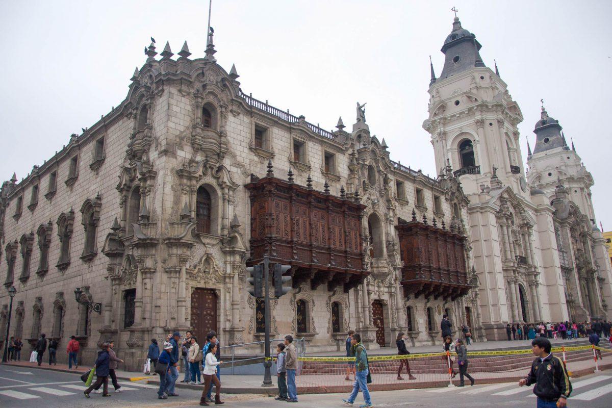 Der Palast des Erzbischofs und die Kathedrale von Lima sind die wohl prächtigsten Bauten am Plaza Mayor, Peru - © flog / franks-travelbox