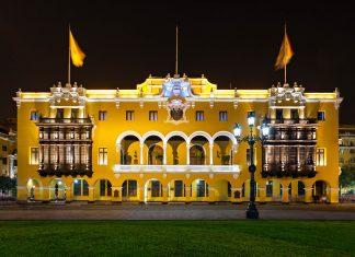 Der Regierungspalast am Plaza Mayor in Lima beherbergt die Amtsräumlichkeiten des amtierenden Präsidenten von Peru - © saiko3p / Shutterstock