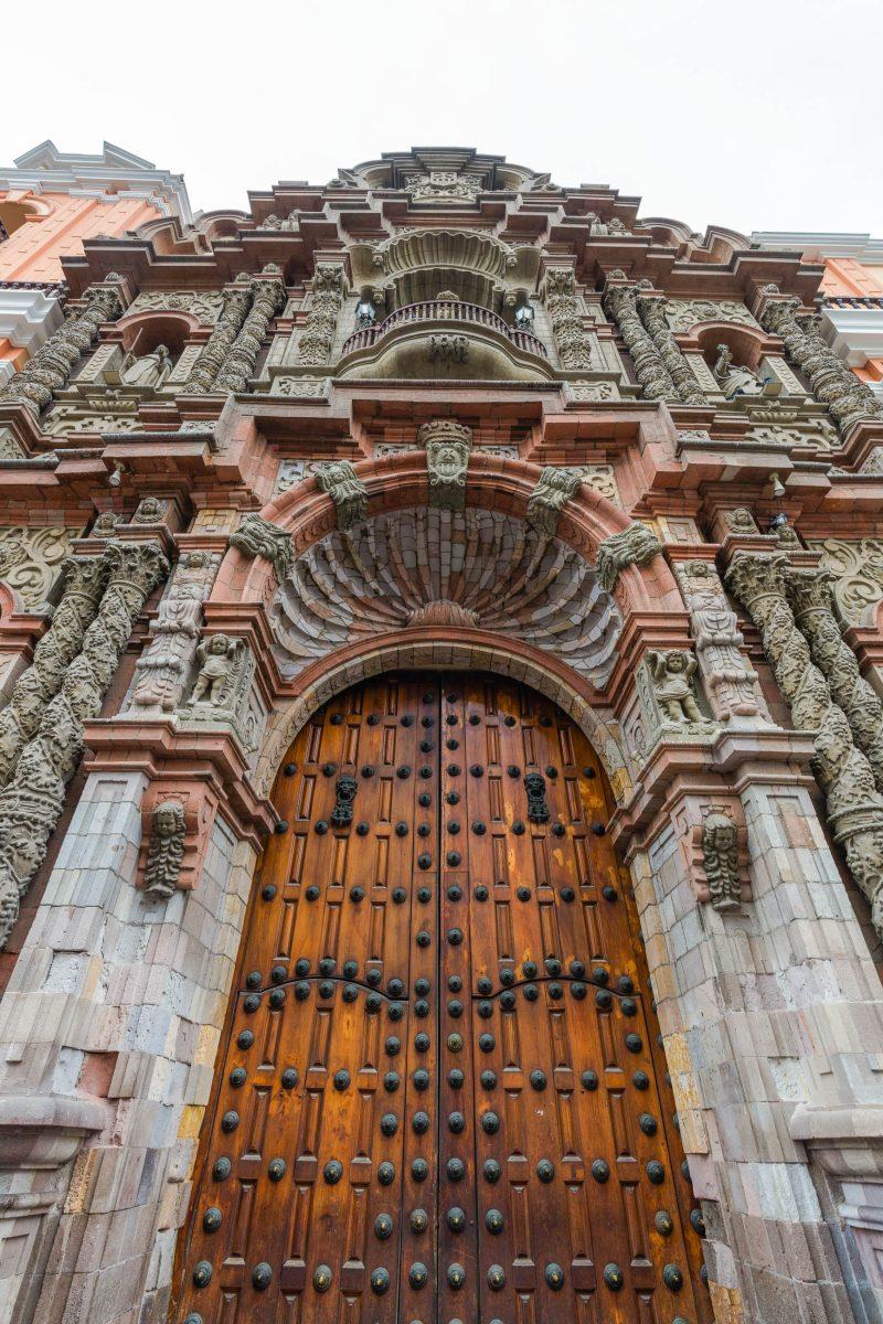 Die gesamte Fassade der Basilika La Merced in Lima wurde 1939 nach den Originalplänen aus dem 17. Jahrhundert wiederhergestellt, Peru - © Diego Delso CC BY SA4.0/Wiki