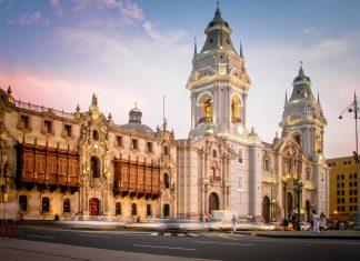 Die Kathedrale und der Palast des Erzbischofs begrenzen die Ostseite des Plaza de Armas in Lima, Peru - © Neale Cousland / Shutterstock