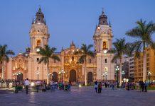Die Kathedrale von Lima am Plaza Mayor ist eines der prägendsten Bauwerke der kolonialen Altstadt, Peru - © saiko3p / Shutterstock