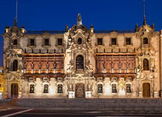 Die neukoloniale Palastfassade des Bischofpalastes am Plaza Mayor in Lima, Peru, stammt aus dem Jahr 1924 - © saiko3p / Shutterstock