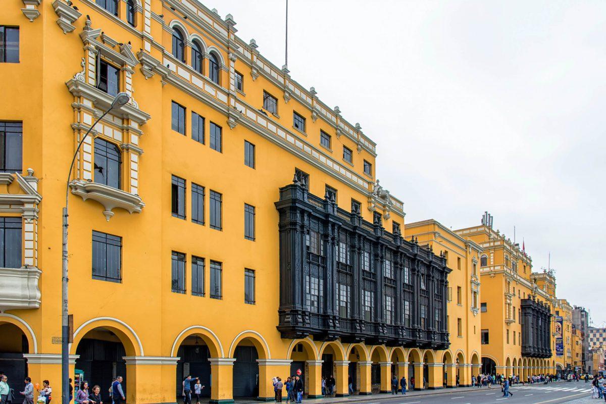 Die Pasaje Olaya am Plaza Mayor in Lima wird von zwei leuchtend gelben Kolonialbauten flankiert, Peru - © Atosan / Shutterstock