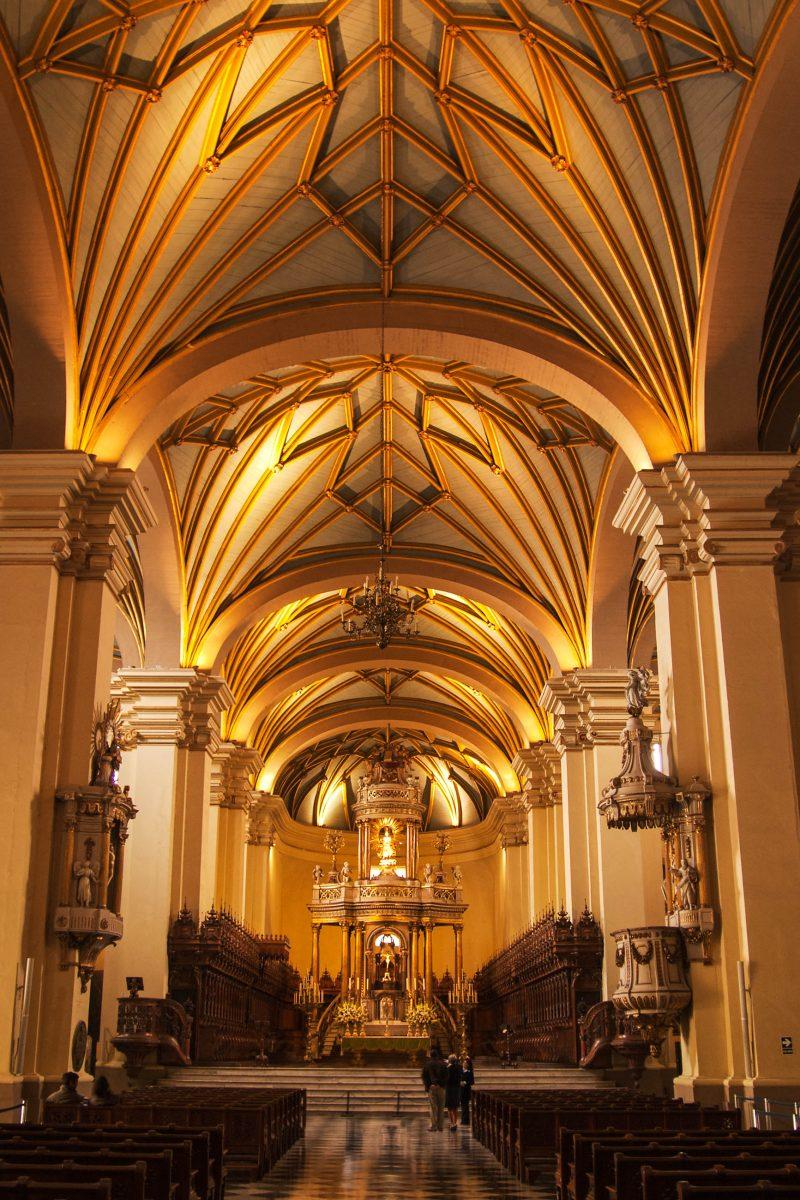 Hauptschiff der Kathedrale von Lima, Peru, letzte Ruhestätte des spanischen Eroberers und Stadtgründers Francisco Pizarro - © Armando Frazao / Shutterstock
