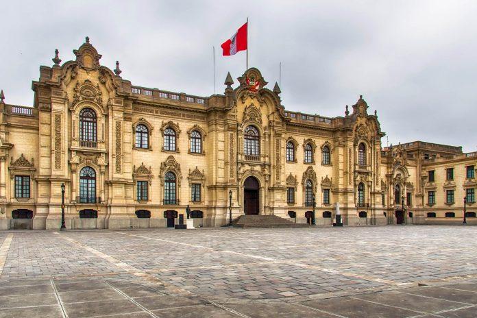 Im Norden des Plaza Mayor thront der Regierungspalast von Lima, der vom Stadtgründer Francisco Pizarro selbst errichtet wurde, Peru - © Atosan/ Shutterstock