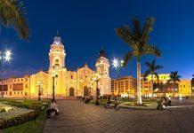 Mit den hell erleuchteten Kolonialgebäuden verströmt der Plaza Mayor in der historischen Altstadt von Lima bei Nacht ein ganz besonderes Flair, Peru - © Christian Vinces / Shutterstock