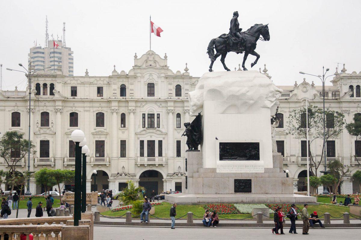 Unübersehbar thront die majestätische Reiterstatue des Freiheitskämpfers José San Martin im Zentrum des Plaza San Martin, dahinter das Gran Hotel Bolivar, Peru - © flog / franks-travelbox