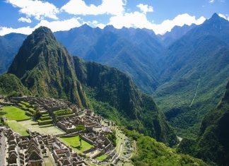 """Machu Picchu, bedeutet aus dem Quechua übersetzt """"Alter Gipfel"""" und wird oft auch äußerst treffend als """"Stadt in den Wolken"""" bezeichnet, Peru - © flog / franks-travelbox"""