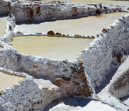 Die Salzbecken von Maras sind nicht einmal 30cm tief und wurden schon von den Inka angelegt, Peru - © flog / franks-travelbox