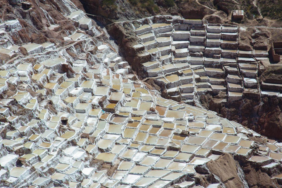 Die spektakulären Salzterrassen von Maras liegen im Heiligen Tal der Inka an der Verbindungsstraße zwischen Cusco und Urubamba - © flog / franks-travelbox